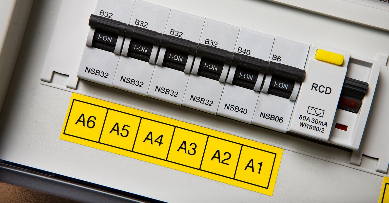 Etiqueta texto negro sobre fondo amarillo Brother en contadores eléctricos