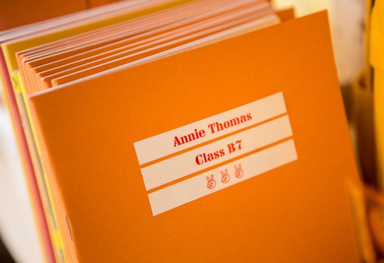 Cuaderno naranja con etiquetas blancas Brother