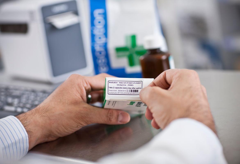 Etiquetas para medicamentos junto a impresora de etiquetas TD