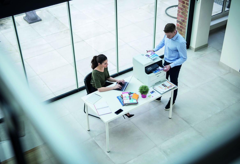 Personas en oficina utilizando impresora Brother