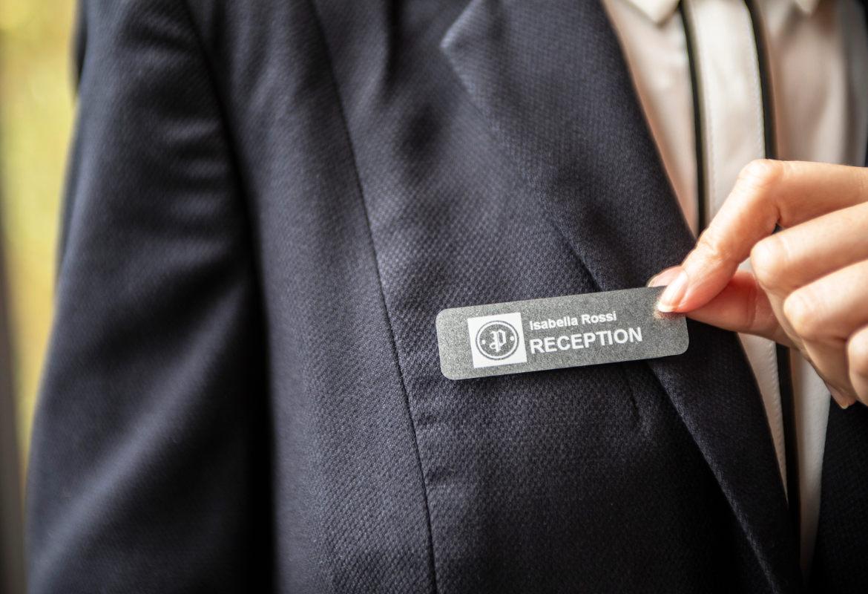 Etiqueta de identificación Brother para recepción de hotel