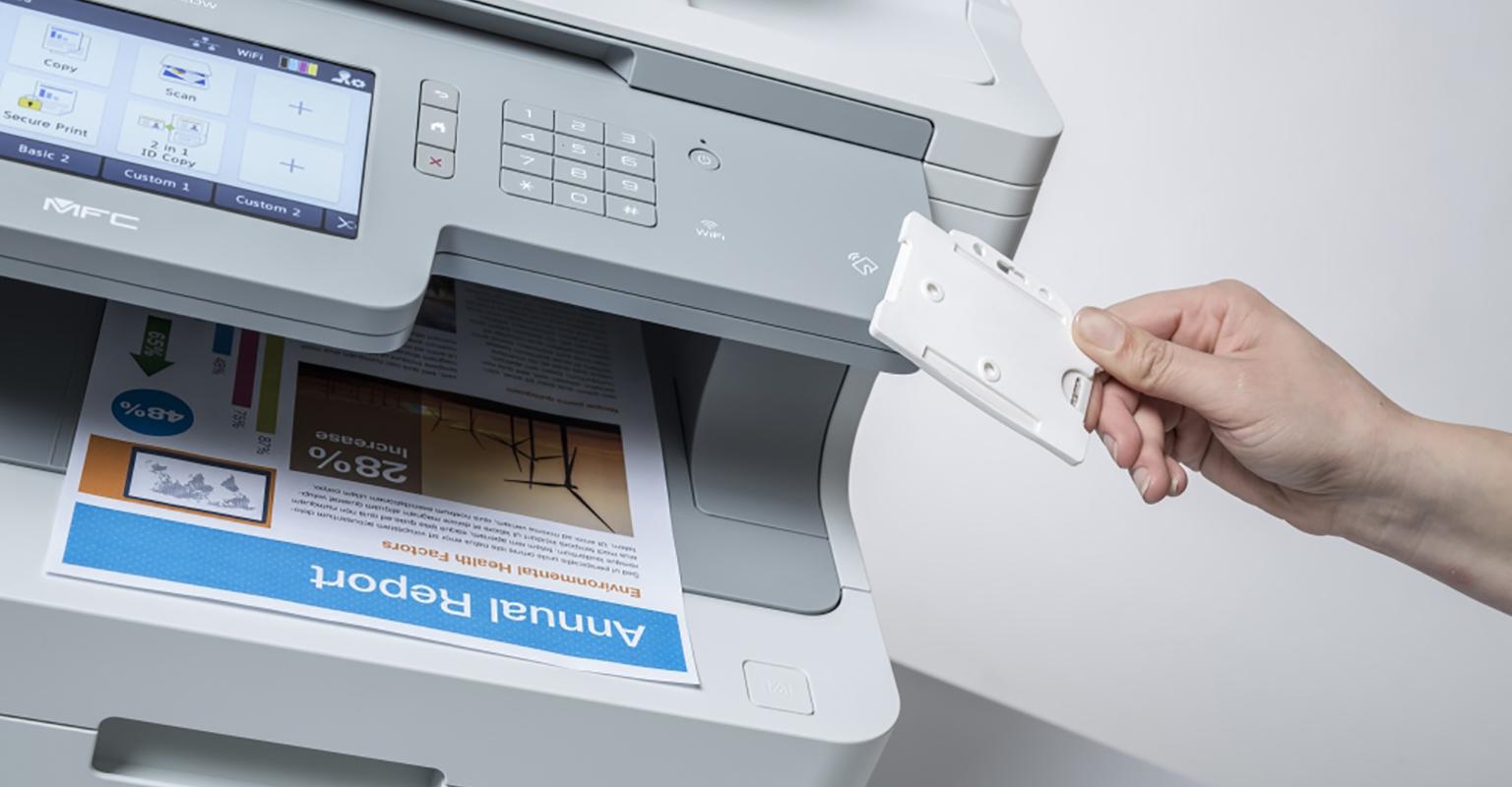 Persona utilizando tarjeta de seguridad en impresora Brother
