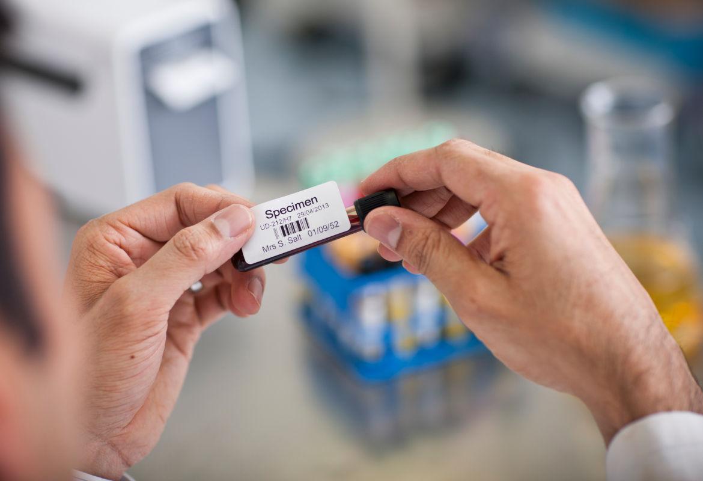 Identificación de tubos de muestra de laboratorio con Brother