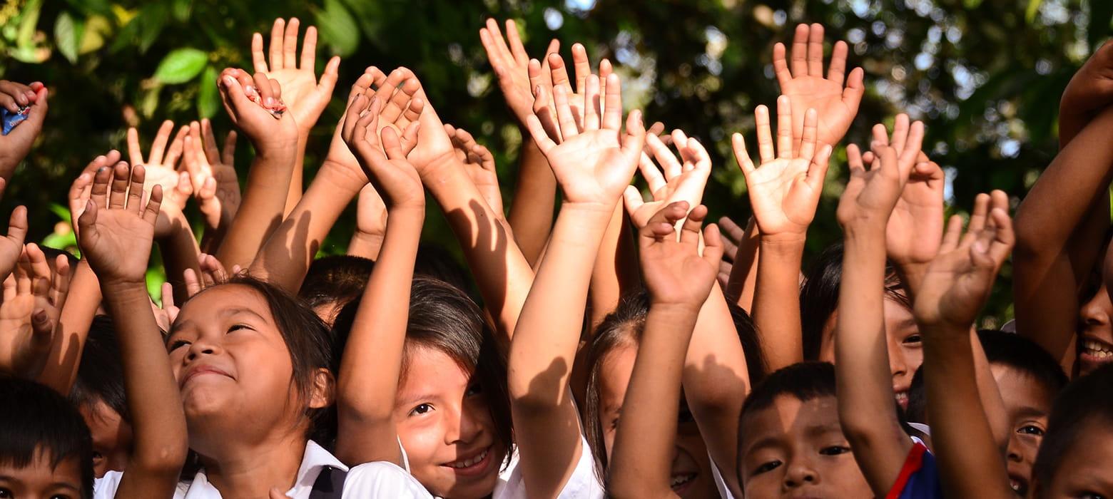 Niños con palmas hacia arriba