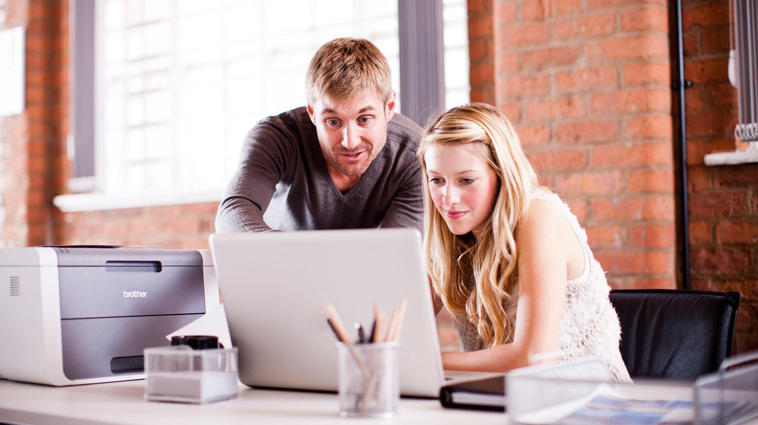 Hombre y mujer delante de un portátil