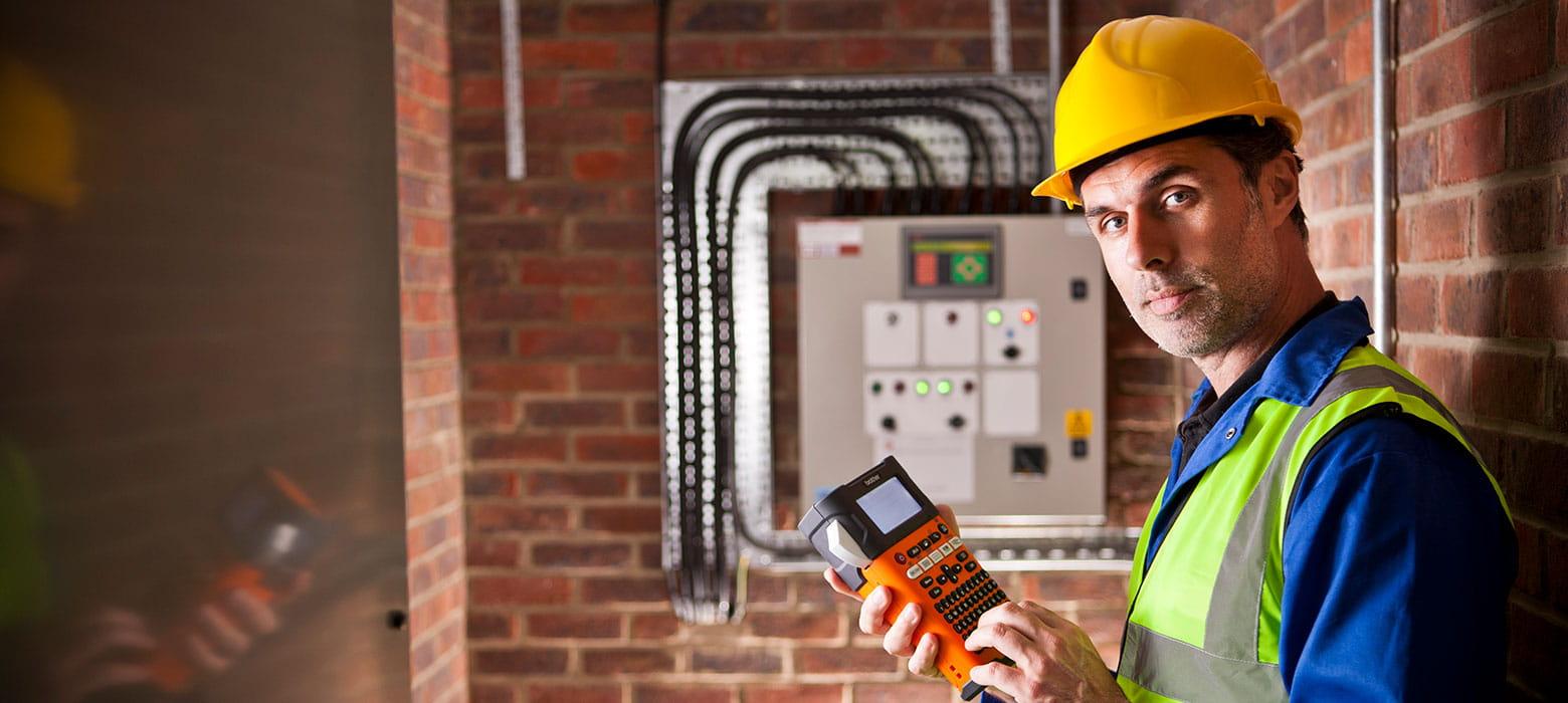 Electricista con rotuladora electrónica PT-E Brother