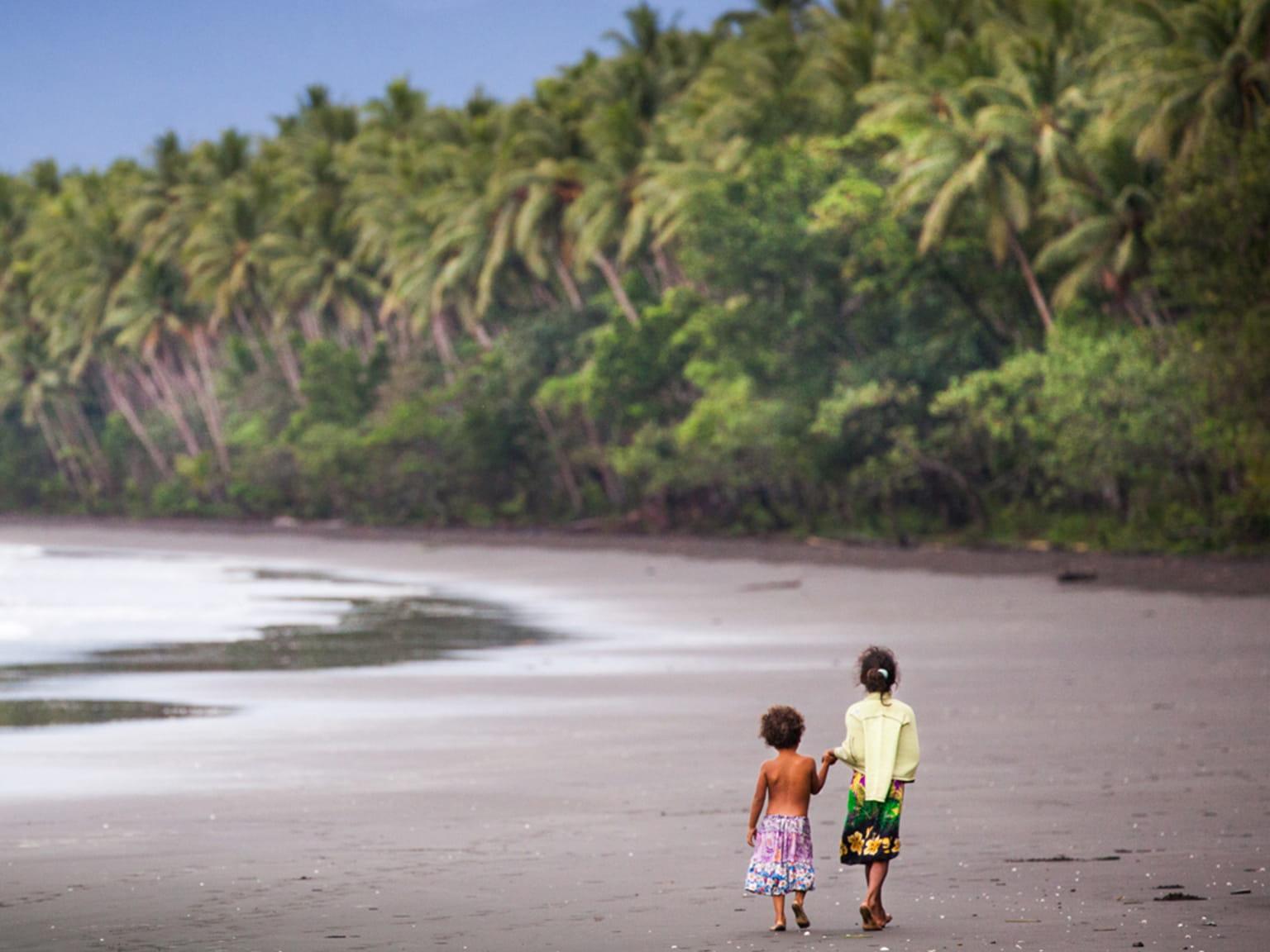 Bahía con 2 niños paseando