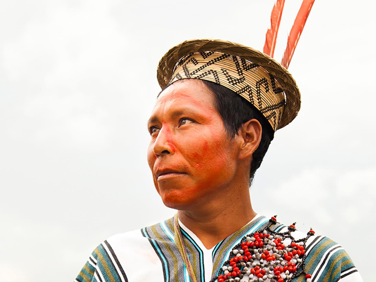 Indígena con sombrero y traje típico