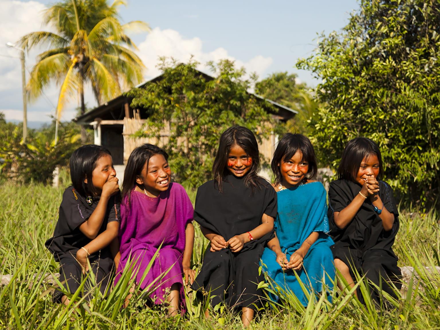 5 niñas en una plantación
