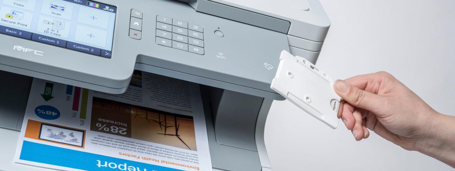 Tarjeta NFC junto a impresora multifunción MFC-L9570CDW Brother
