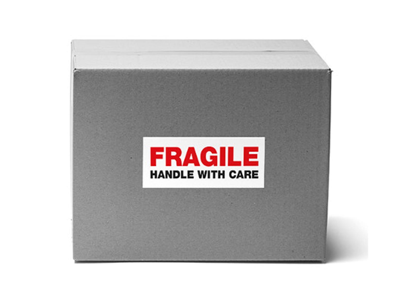 Caja gris con etiqueta en rojo y negro