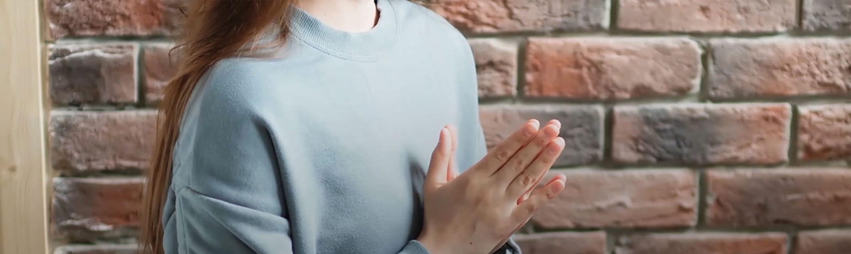 Mujer con manos en plegaria