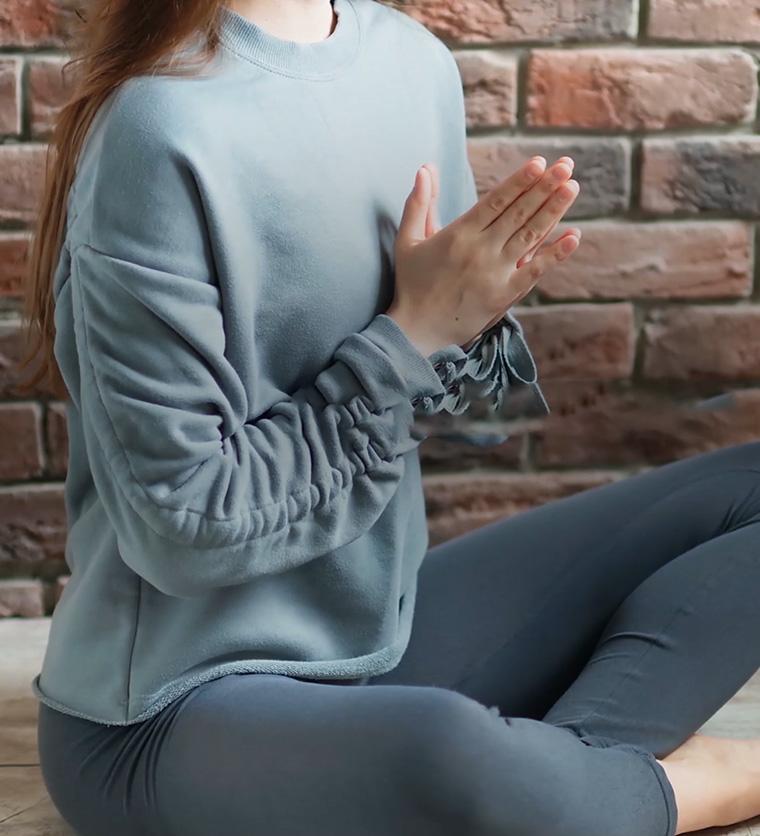 Mujer en postura fácil de yoga