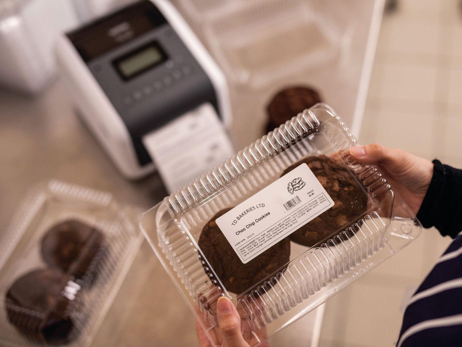 Impresora de etiquetas TD junto a caja con comida