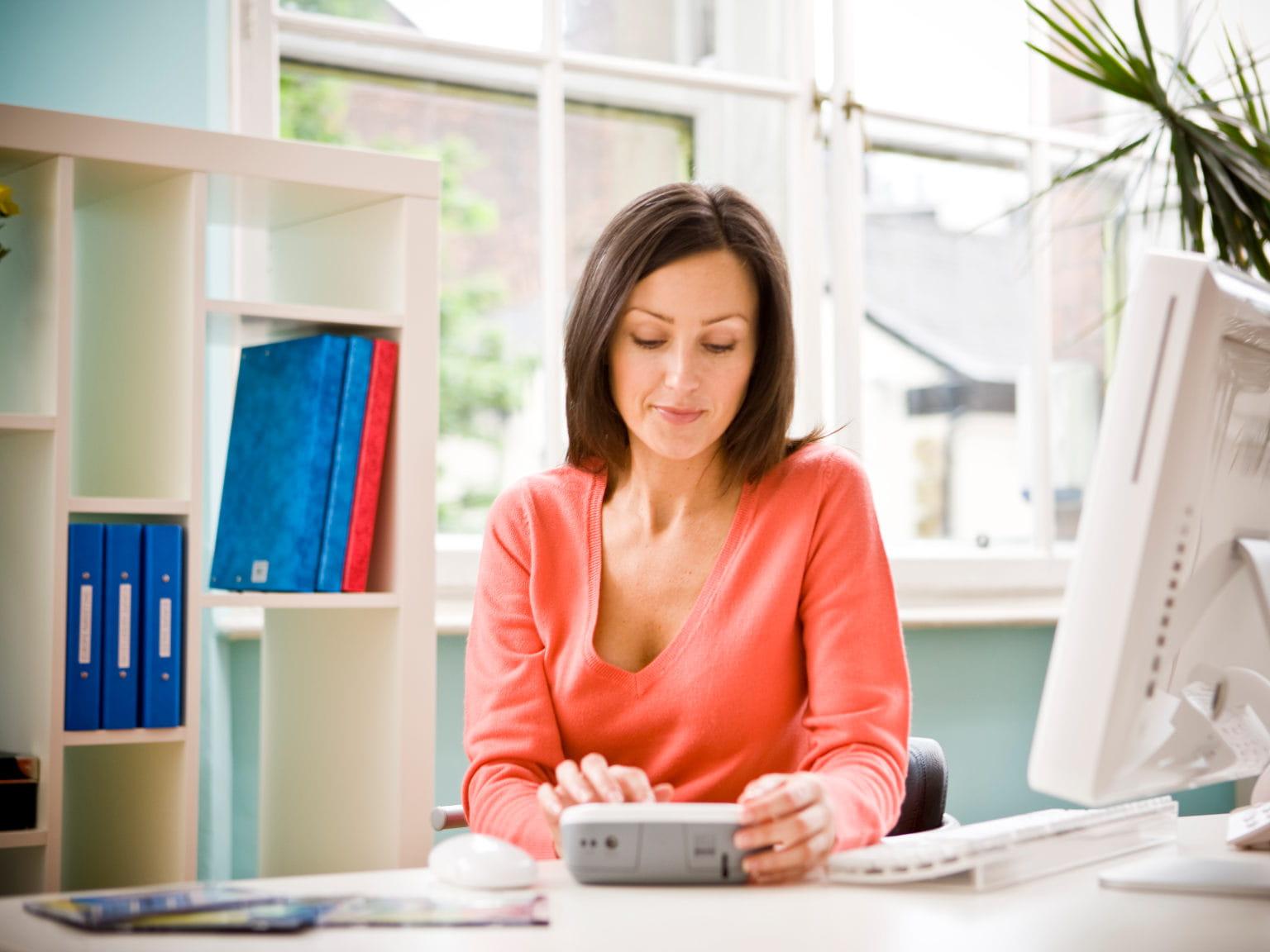 Mujer en oficina utiilizando rotuladora Brother