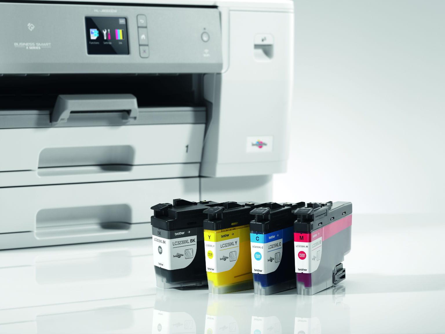 Cartuchos LC3239XL junto a impresora de tinta HL-J6000DW Brother