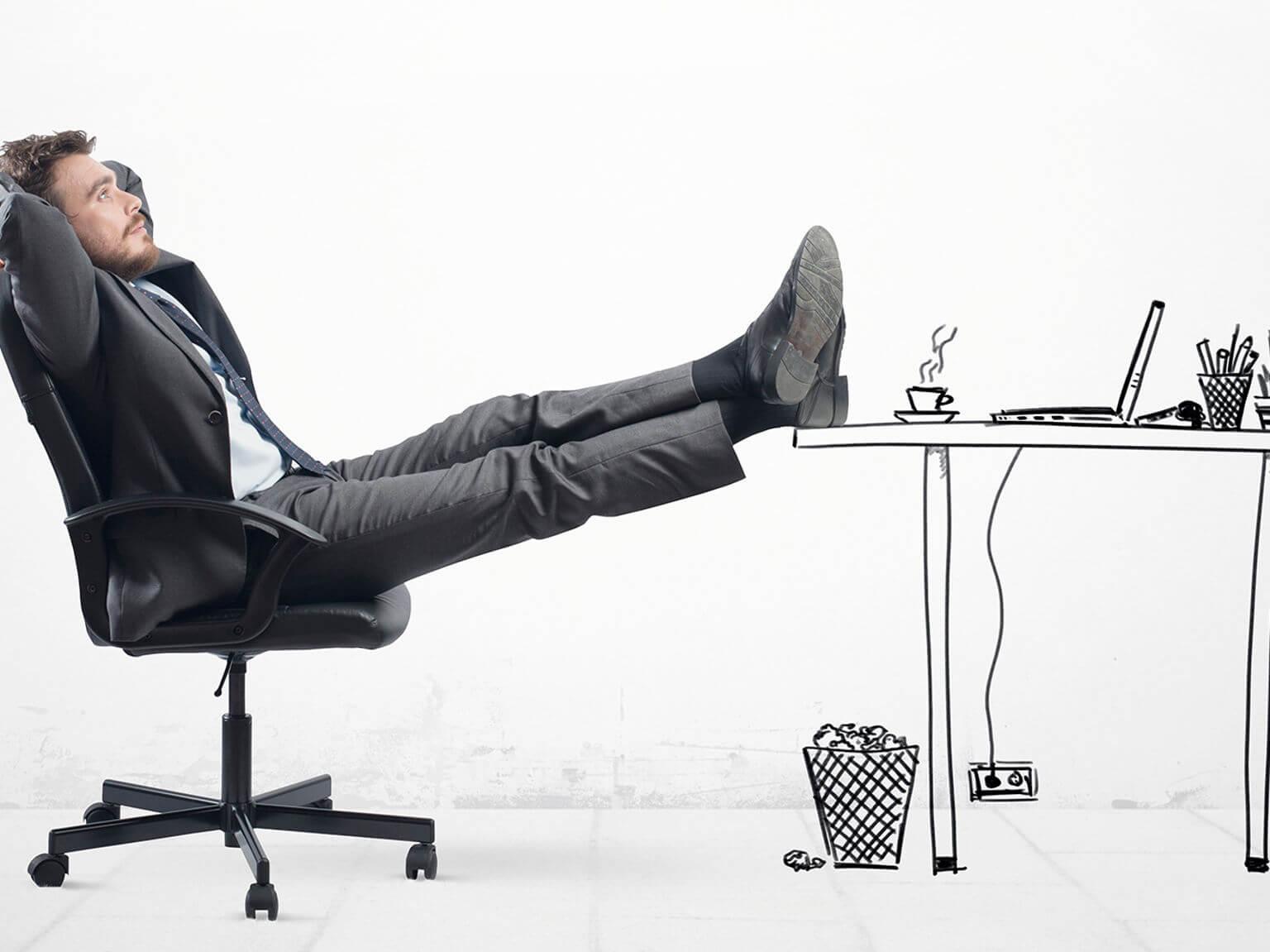 Hombre sentado en silla con pies apoyados en mesa