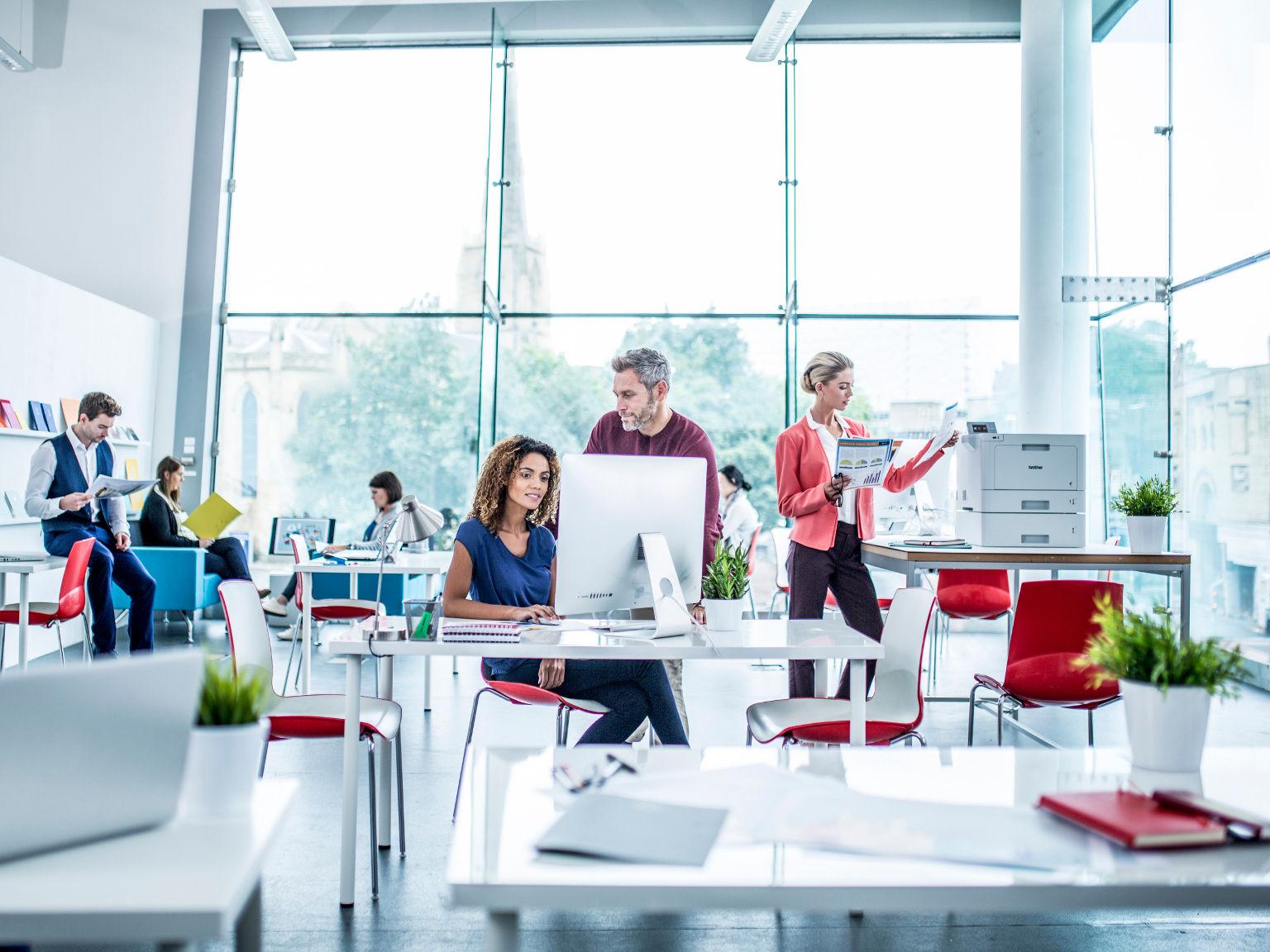 Gente trabajando en oficina