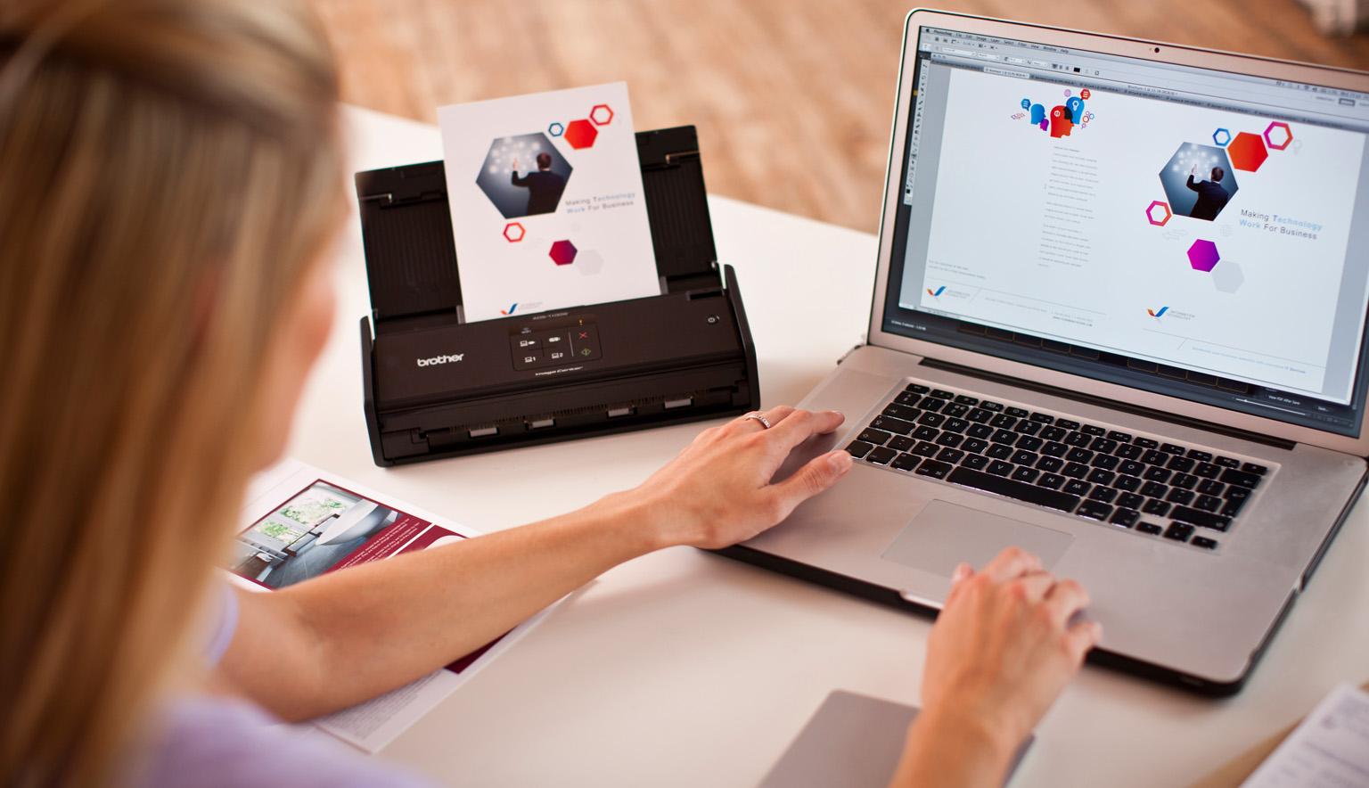 Mujer trabajando en portátil junto a escáner Brother