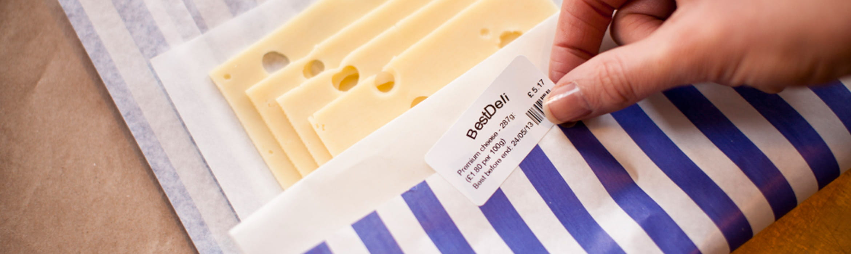 Etiqueta blanca sobre paquete de queso