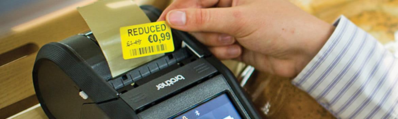 Impresora de tickets imprimiendo etiqueta de precio amarilla