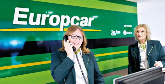 Trabajadoras de Europcar contestando el teléfono