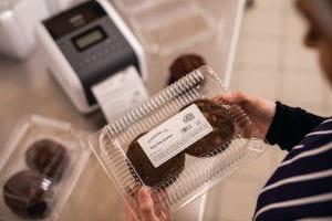 Impresora de etiquetas TD-4550DNWB Brother y cajas de alimentos con etiquetas