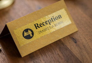 Etiquetas doradas para recepción de hotel
