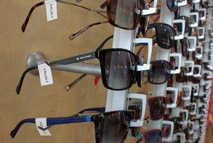 Expositor gafas des sol con etiquetas de precio