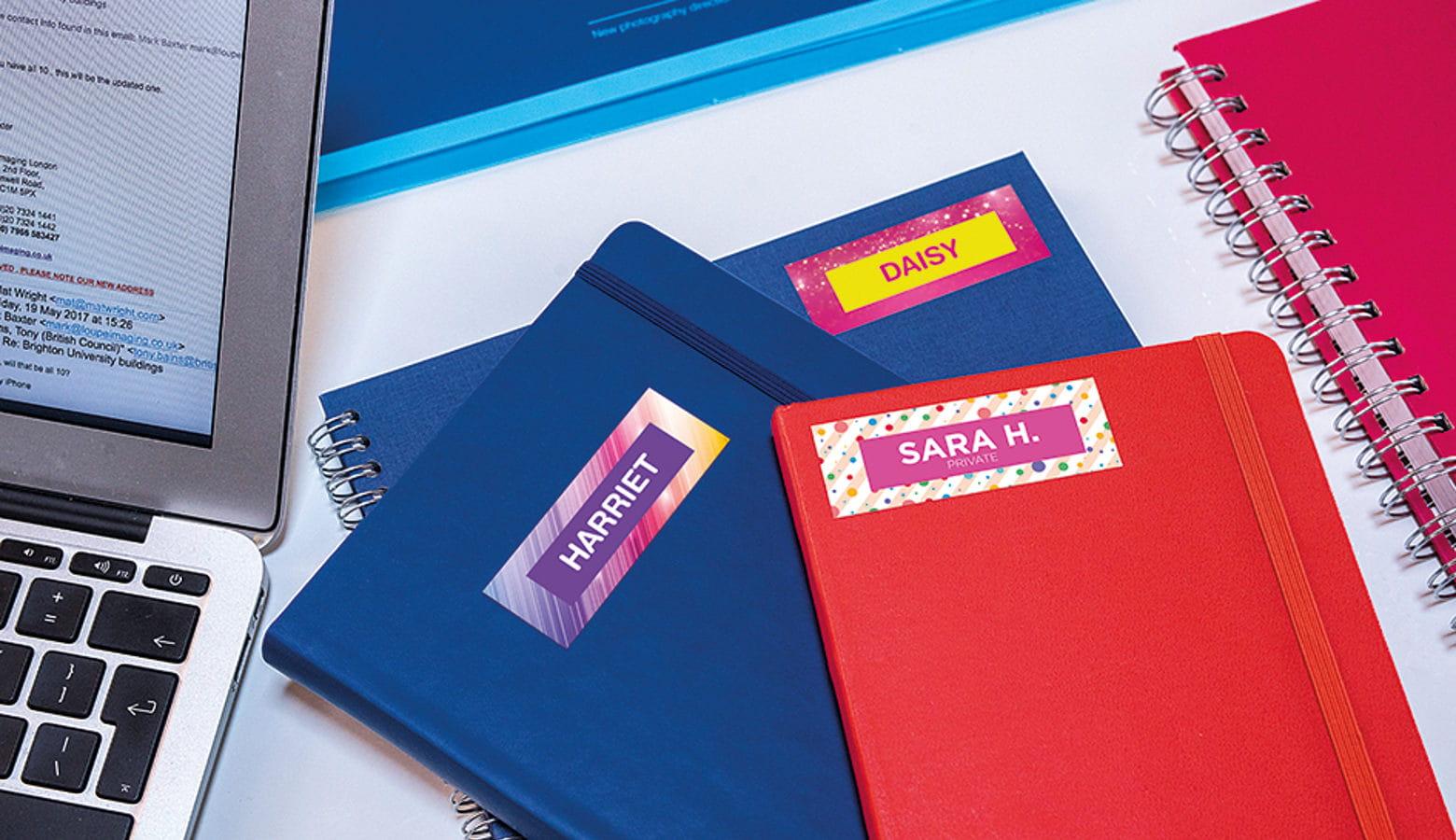 Cuadernos y carpetas de colores con etiquetas