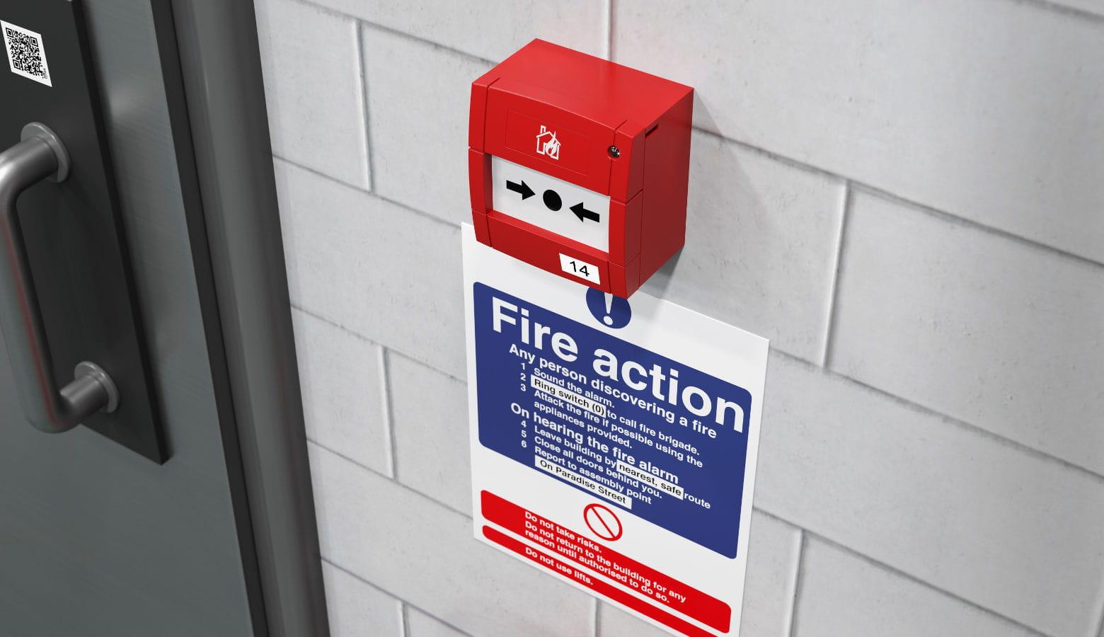 Etiqueta de precacución junto a alarma incendios