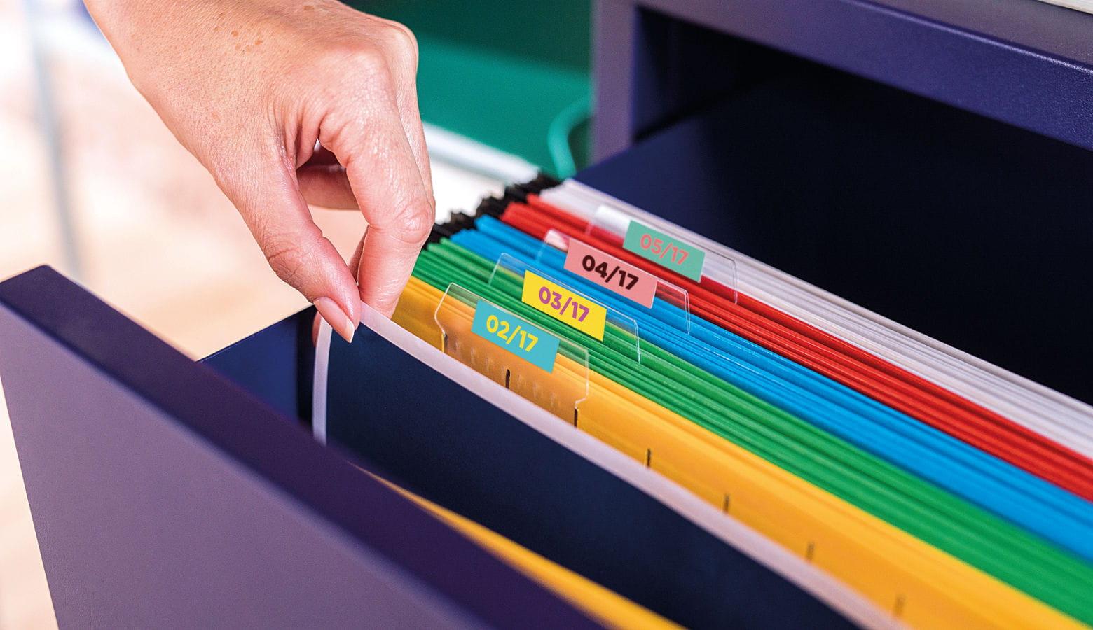 Archivador con carpetas de colores con etiquetas