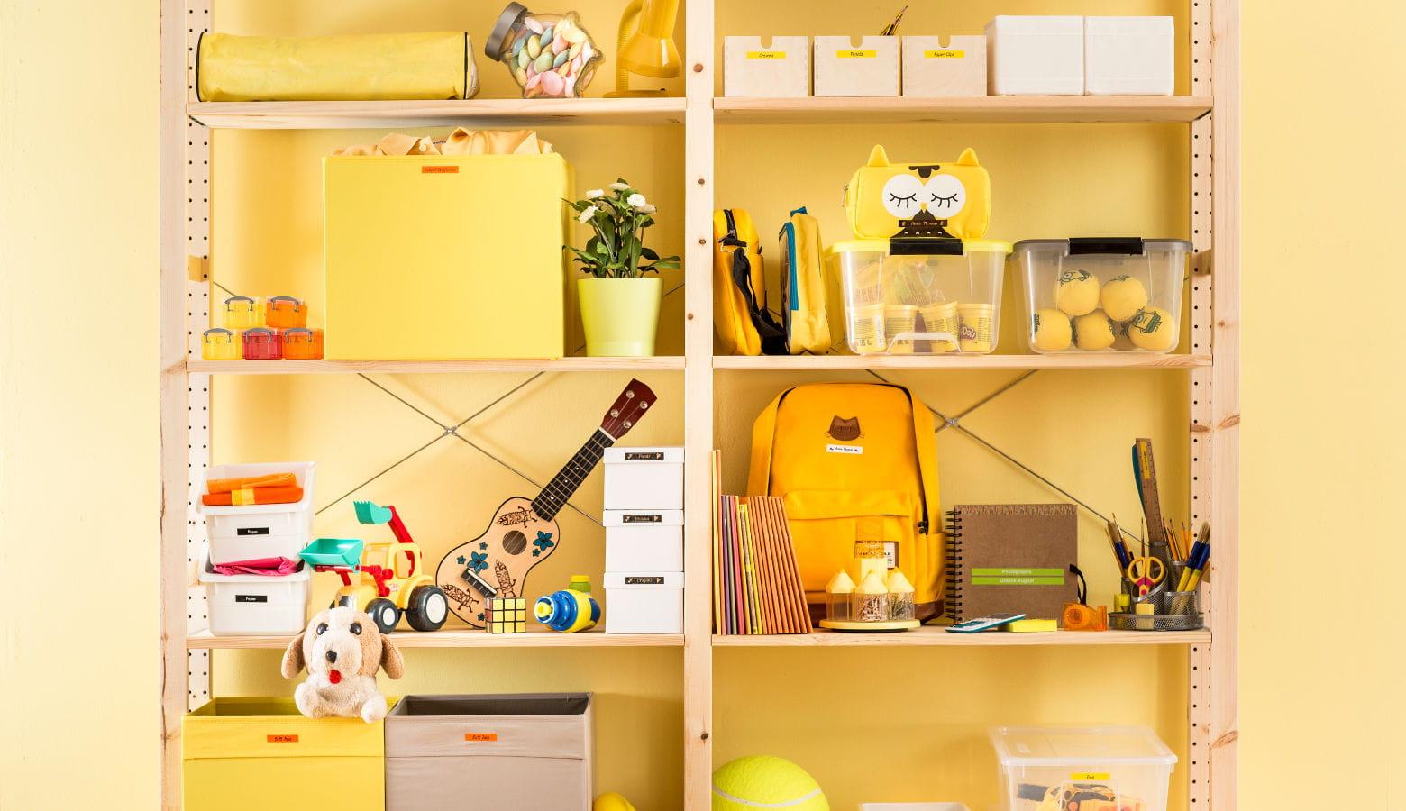 Habitación infantil con objetos etiquetados