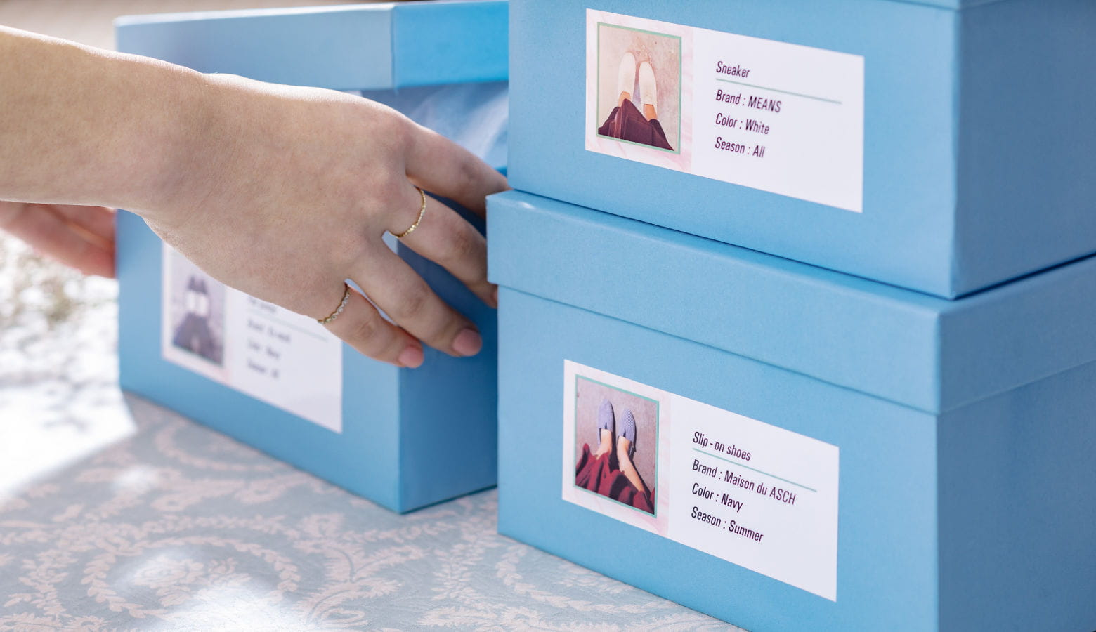 Cajas de cartón azules con etiquetas a color