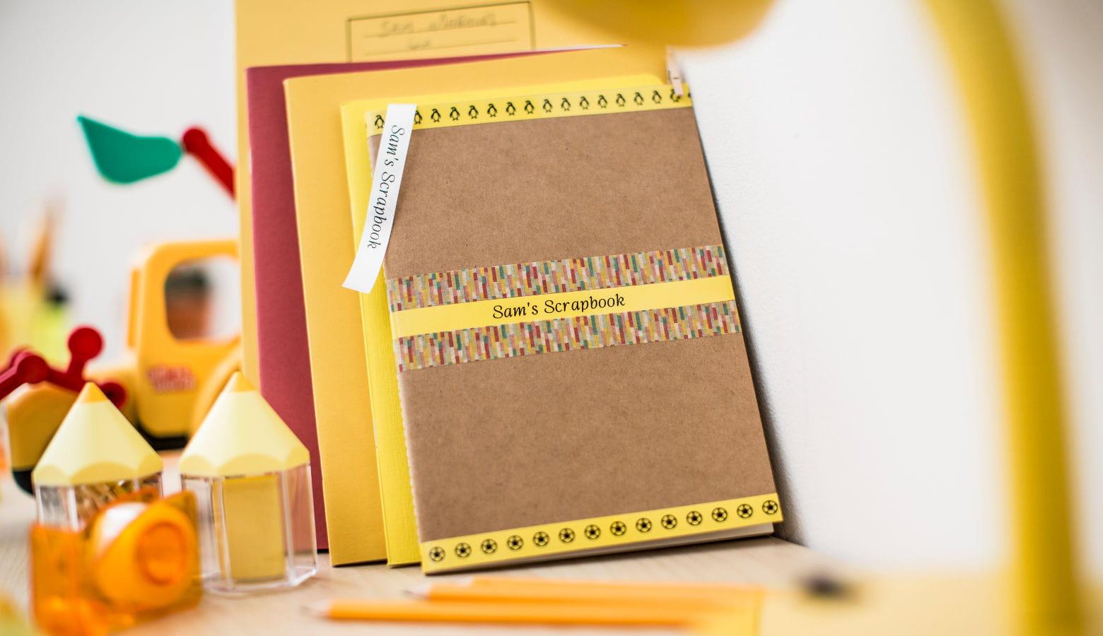 Cuaderno amarillo y marrón con etiquetas