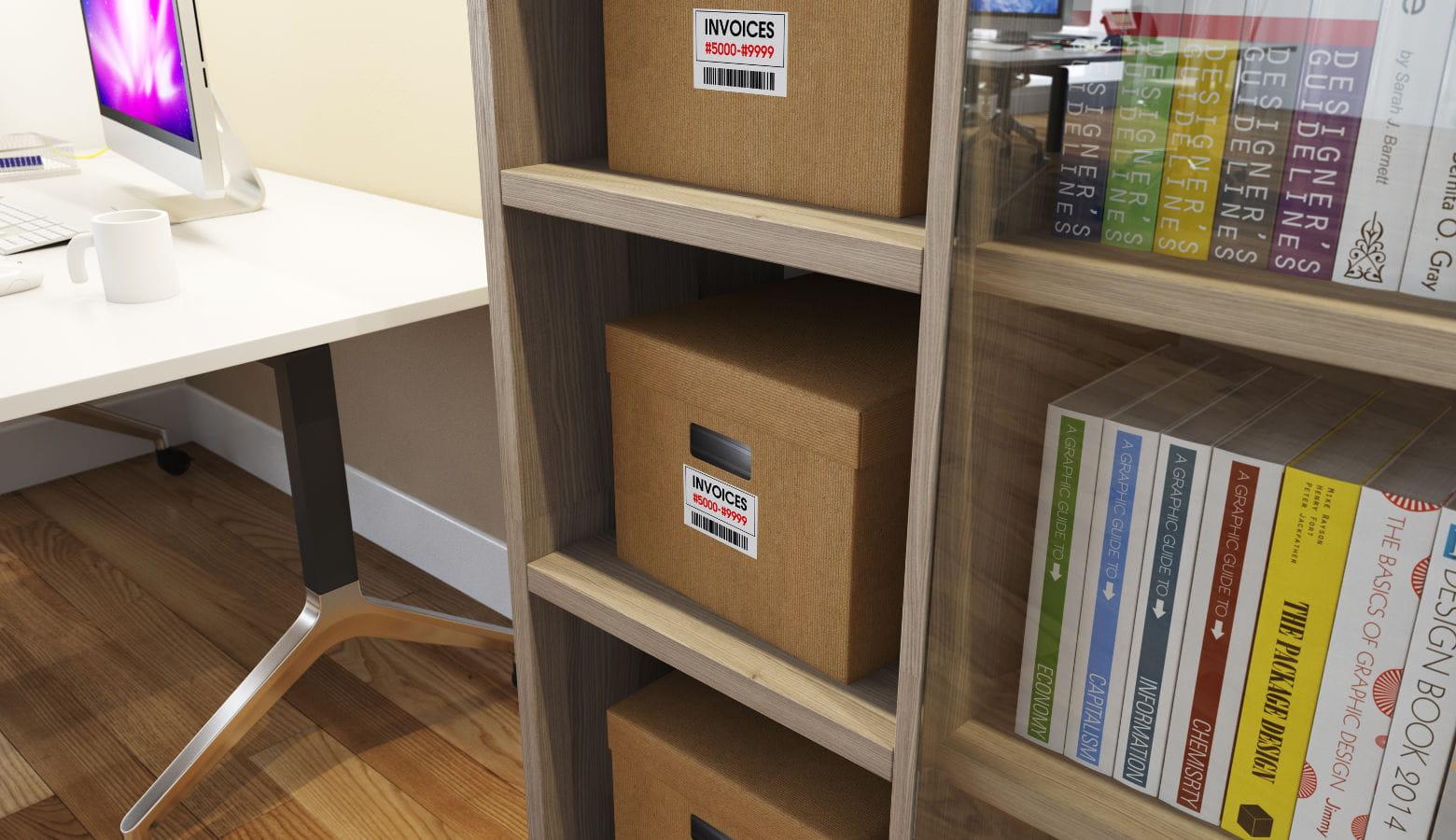 Estantería con cajas y carpetas etiquetadas