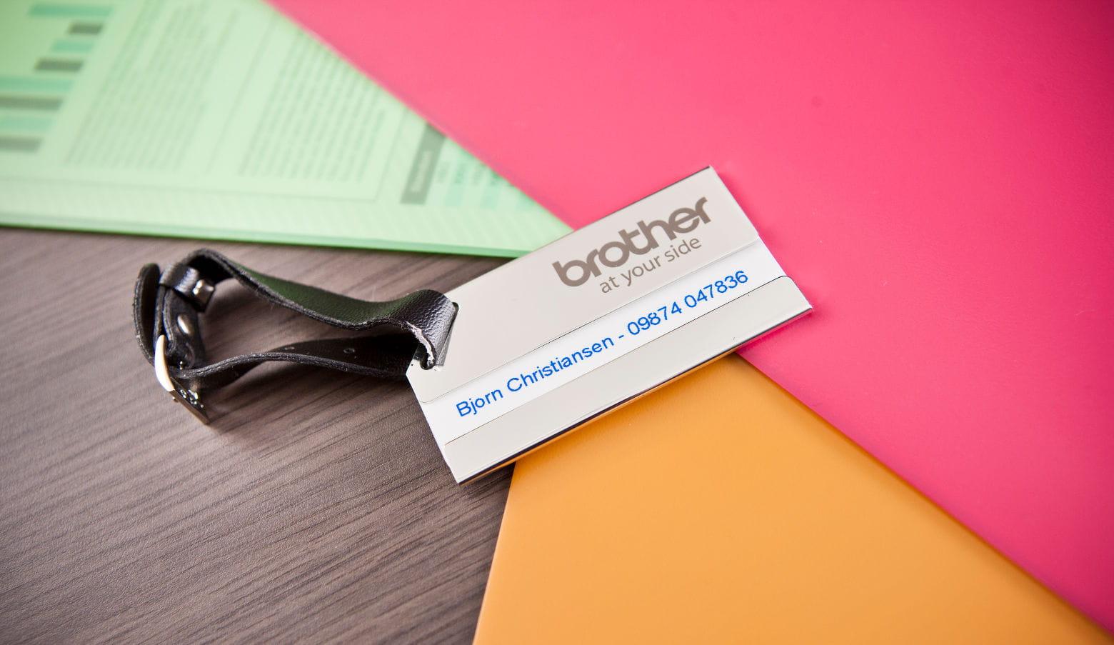 Etiqueta para control de acceso sobre carpetas de colores