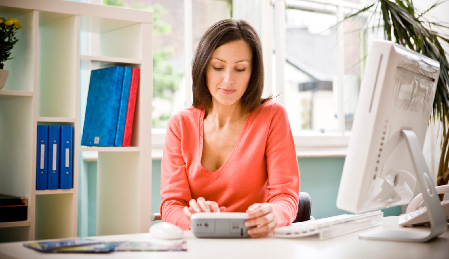 Mujer en la oficina con impresora de etiquetas Brother