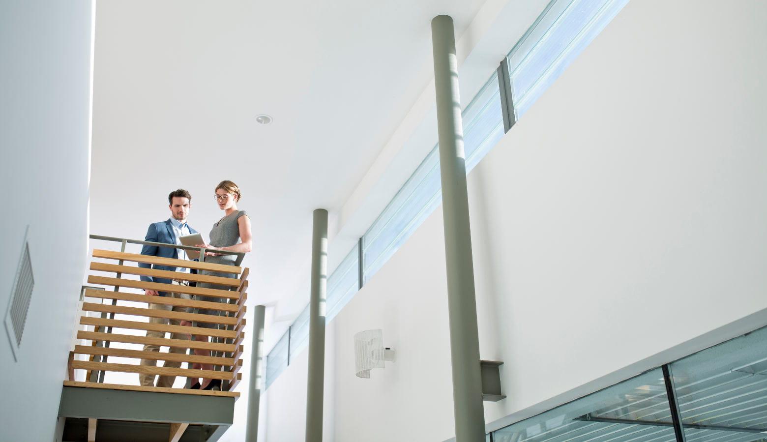 2 personas en el descansillo de un edificio