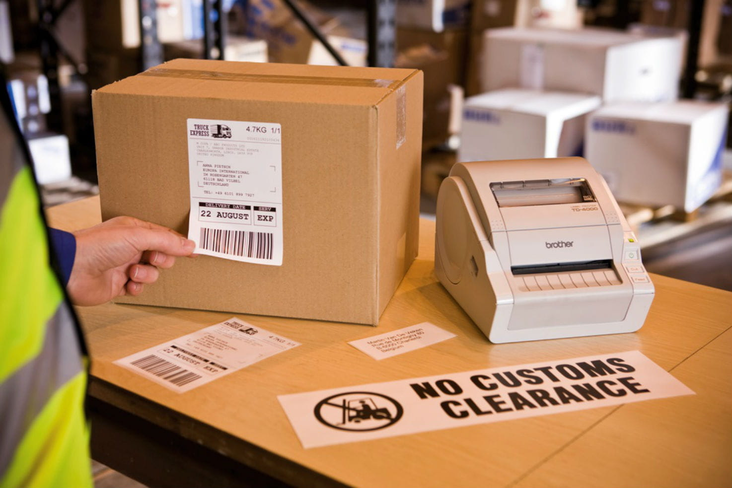 Impresora de etiquetas sobre caja con etiqueta No customs Clearance