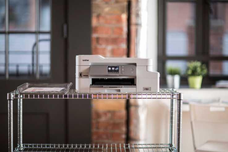 Impresora Brother encima de estantería de rejilla