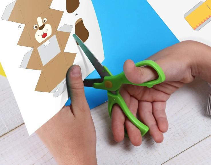 Niño recortando papel