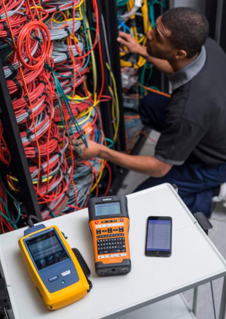 Electricista identificando cables con PT-E