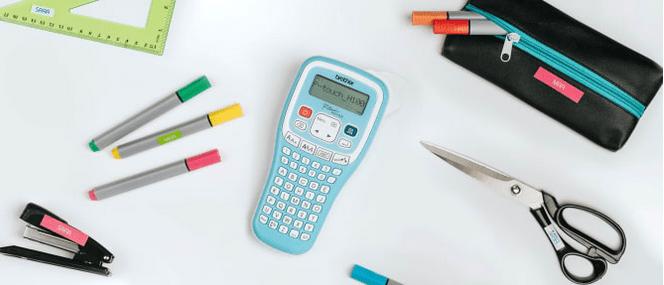 Rotuladora PT-H100 azul junto a material escolar