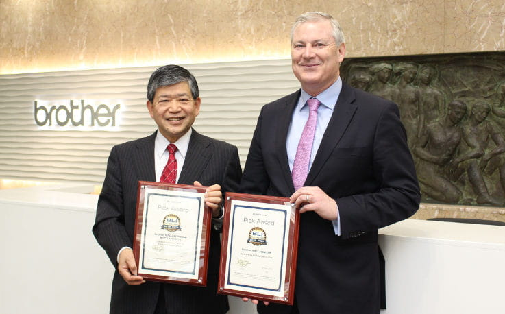 El Presidente de Brother Industries Ltd, Ichiro Sasaki, recibe los premios Pick Awards 2019 a manos de Gerry O'Rourke de BLI