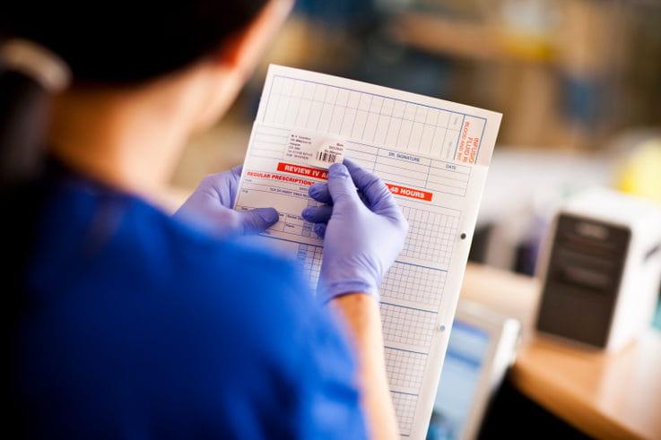 Sanitario utilizando etiquetas en documentos