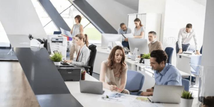 Gente en oficina trabajando