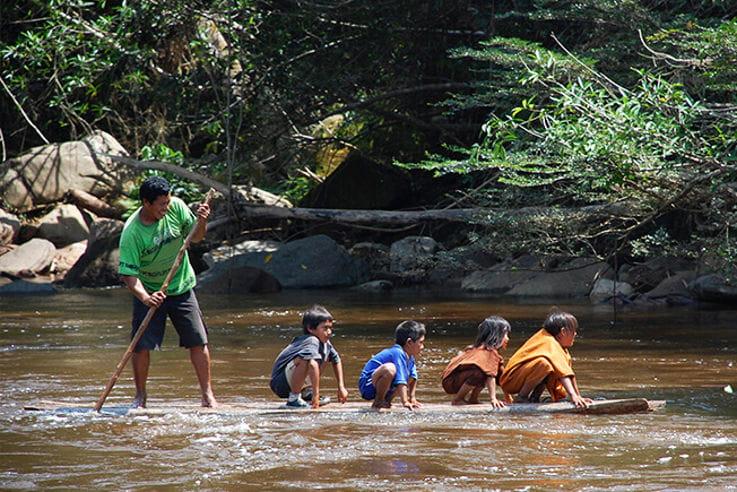 Personas en canoa navegando por un río