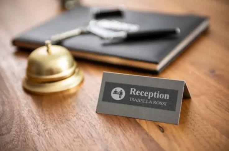 Cartel de recepción de hotel etiquetado