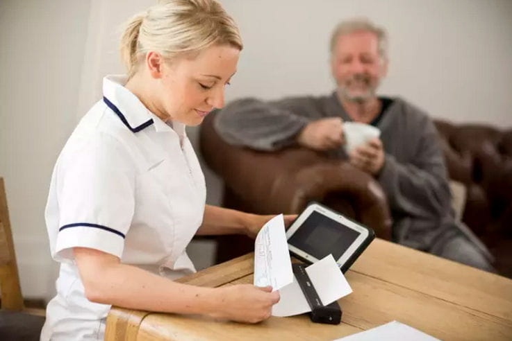 Enfermera utilizando impresora portátil Brother